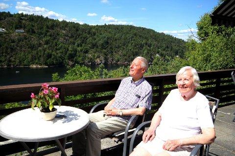 NYTER LIVET: Ekteparet Eidsvåg har reist mye til Grand Canaria og andre steder i verden, men nå drar de bare på hytta, hvor de trives aller best. Denne dagen var det strålende sol og 23 grader celcius.