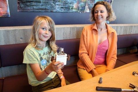 SKAPEREN: Sigve Berg-Jacobsen (9) laget en robot som både kan fly og har en plasmablaster på robotverkstedet, med god hjelp fra moren Caroline Berg-Jacobsen.
