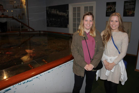 - FLOTT: - Fint å se akvariet. Vi visste ikke at det fantes, sier tvillingene Victoria og Emilie. Begge foto: Ole Jonny Johansen