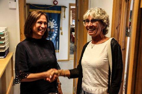 - VELKOMMEN: - Marit Christiansen (t.h.) ønsker Åshilds Kallevik velkommen til Seiersten ungdomsskole.