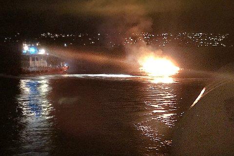 En av passasjerene på Nesoddbåten tok dette bildet. Ilden var voldsom. Til og med brannbåten holdt som vi ser god avstand til havaristen.