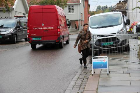 VANSKELIG: Gående og kjørende får utfordringer når de skal passere byggeplassen i Storgata. FOTO: Ole Jonny Johansen