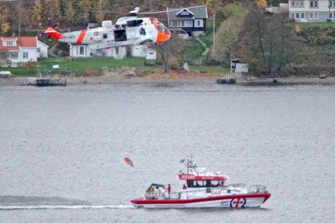 REDNINGSAKSJON: Både Sea King fra Rygge og redningsskøyta Klaveness Marine, som har sin base på Oscarsborg, deltok mandag kveld i ebn redningsaksjon i sjøen utenfor Nesodden.