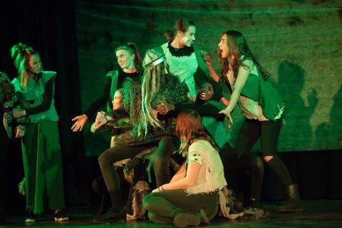 På scenen:  Fra Alværn-elevenes Peer Gynt-forestilling. Foto: Fotografen Samestad