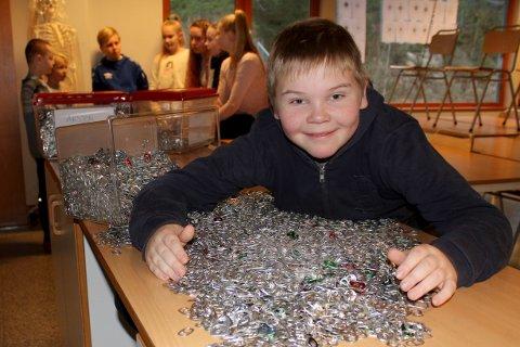 """Casper Vinknes Åkerlund kjemper for seier i konkurransen """"Aksjon aluminium"""", og gjennom tiltaket på Dyrløkkeåsen skole er han blitt mildt sagt engasjert i resirkulering, og har skolerekord i innsamling av drikkeboks-jekker."""