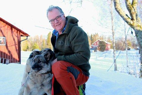 - Gjennom jobben har jeg sett at livet er skjørt. Det er  viktig å ta vare på hverandre, sier tidligere brannsjef Johan Stokkeland som ble pensjonist 1. desember. Her med to av elghundene sine.