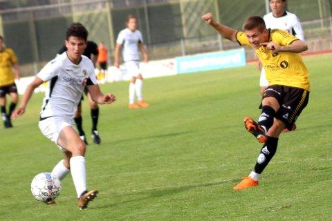 NY SESONG: Mikkel Aarstrand (t.h.) fortsetter å spille for Moss FK.