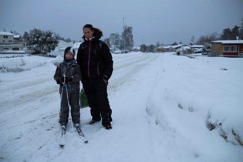 TILK SKOLEN: Hans Christian Bernhardsen (8) måtte gå til skolen på ski mandag morgen sammen med mamma Linda Marthinsen Bernhardsen.