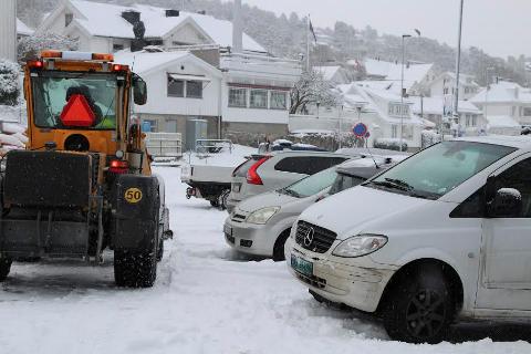 TRANGT: Snørydderne i Drøbak har en utfordring med å ikke kjørte i bilene. FOTO: Ole Jonny Johansen