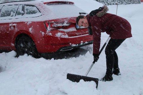 -NOK ER NOK: Linn Boldevin måtte rydde snø før hun kom fram med bilen.