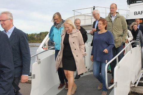 Sjarmtur: Det var god stemning da politikerne i fjordsamarbeidet gikk i land høsten 2016 etter å ha hørt foredrag om framtidens ferjesamband. Foto. Henriette Slaatsveen