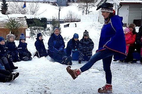 Pedagogisk leder Vibeke Lunde viste barna både fottøy og flott samedrakt under samenes nasjonaldag, som 6. februar gjerne kalles.