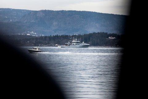 2014: To mineryddere fra Forsvaret jobber nå med å sprenge fem miner som er funnet på havbunnen utenfor Sjøstrand. Foto: Ruben Skarsvåg