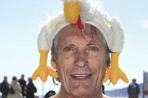 Ingen kylling: Kultursjef Pål Mørk ser lyst på påsken og håper mange lar seg friste til en dukkert  ved Badeparken på påskeaften. Men først kan man varme opp med eggmaling og påskerebus i palmehelgen. Foto: Privat