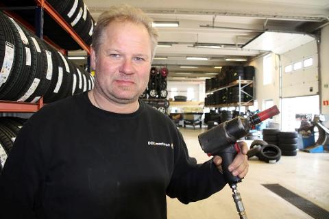KLAR: Bjørn Erik Godlien er klar med muttertrekkeren, og forventer det store rushet av biler som skal  få sommerdekk. FOTO: Ole Jonny Johansen