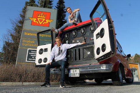 """Når vi ber Daniel Bøhler Størkersen (nederst) og Nicolai Myrstad vise Amta russebilen er det denne siden de åpner opp. Doningen er godkjent på Biltilsynets """"russekveld""""."""