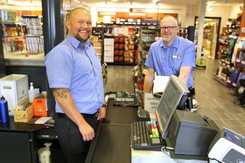 Einar Hansen (t.v.) og Bjørn Louis Nygaard ved Vinmonopolet i Drøbak synes det virker spennende å flytte til Drøbak City. Der blir det også bedre arbeidsforhold.