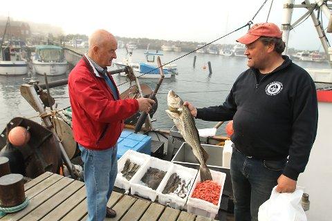 SLUTT PÅ FISKET: Dette synet kan bli borte hvis Fiskeridirektoratets forslag går gjennom. Yrkesfisker Tore Aaslund fra Fagerstrand selger fisk til Arvid Janszon.