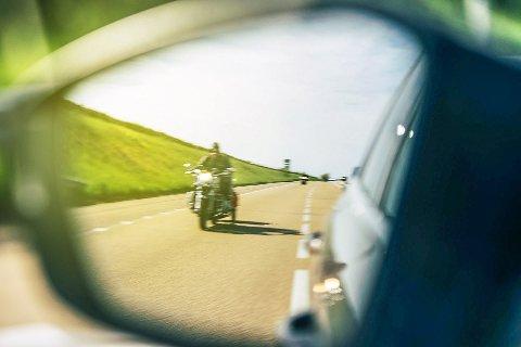 Slik: Det er ikke mye du som bilfører aner før motorsyklisten med ett dukker opp i sidespeilet.