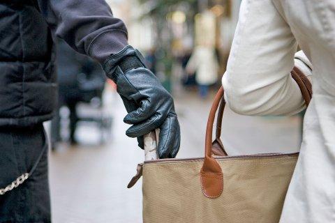 Det er fort gjort for å proff lommetyv å stikke av med lommeboken eller mobilen din om du ikke passer på.