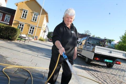 Mona Stovner Johansen i Frogn kommunes vannavdeling spyler gatene rene etter 17.mai-feiringen.