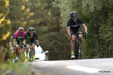 Ørnulf Riisnæs (til høyre) fra styret i Vestby sykkelklubb forteller til Amta at folk skal føle seg trygge om de ser noen i trafikken fra deres klubb. – Syklisten har sagt han skulle ønske at dette aldri hadde skjedd, og har bedyret at han ikke vil gjøre noe slikt igjen. Foto: Ola Morken