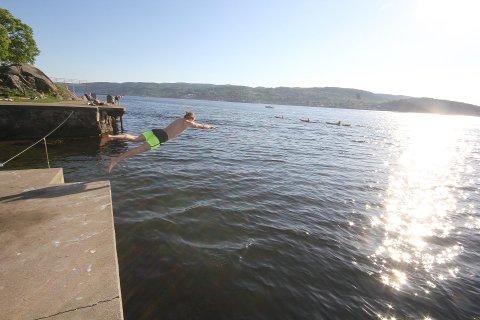 Hopp i havet: Sydenværet og deilige badetemperaturer fortsetter hele denne uken.