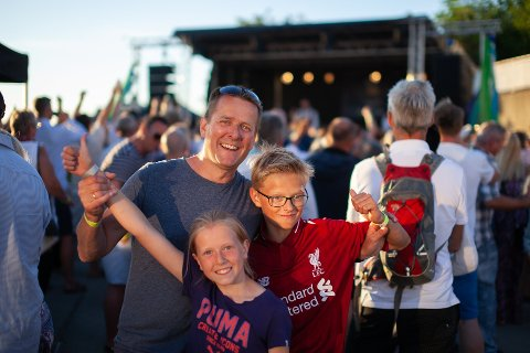 Fornøyd: Konsertarrangør Frank Kvinge smilte selv om han tapte penger. På CC Cowboys fikk barna Alva og Bendik være med.