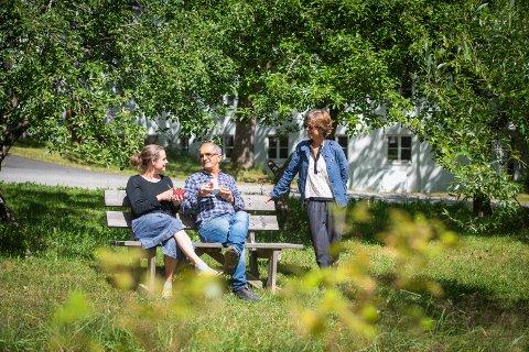 Vakkert: Det veldige området rundt Nesoddparken er idyllisk og åpent for alle, sier daglig leder Marianne Gathe (stående). På benken sitter Anna Granquist og Abobakar Mostafa Rashid.