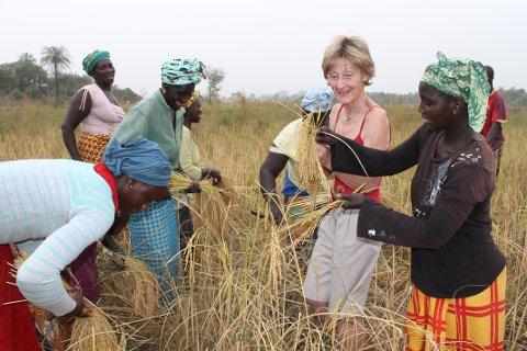 KULTURUTVEKSLING: Berit Godager lærer om afrikansk kultur av Ibou Cissokho.