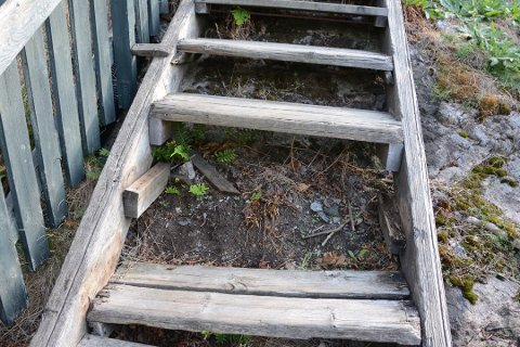 ØDELAGT: Det er tydelig behov for å fikse opp trappa i Bråtanstien. Her fra slutten av august.