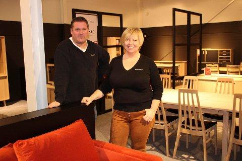 FARGER: Selger Ole Martin Gullerud og Cathrin Skålevik snakker om nye trender i møbelbransjen. FOTO: Ole Jonny Johansen