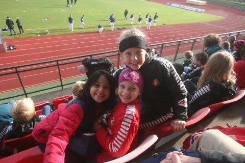 Astrid, Selma og Camilla på hovedtribunen. Den store troppen fra Drøbak hadde en fin dag med fotball.