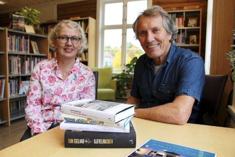 Bokaften: Biblioteksjef Torild Andrea Berg gir ordet til Pål Mørk som leder årets bokaften på Reenskaug.