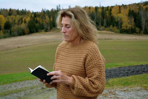 NAVNET STÅR HER? Bente Ødegaard Fjeld har flere aktuelle navn. Hun tror at navnet på drapsmannen står i boka.