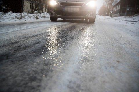 Snø mandag, regn tirsdag! Nå er det bare å belage seg på vanskelige kjøreforhold. Foto: Terje Pedersen / NTB scanpix
