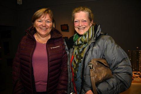 Sølvi Holmgren t.v og Marianne Mové Martinsen fra Nesodden , kom til Follo museum med ambisjoner om å finne julegaver. Foto: Trond Folckersahm