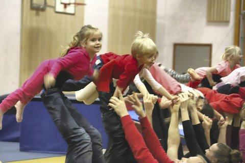 Samarbeid: Gruppa foreldre og barn viste at barn og voksne fint kan trene sammen fra de er små.