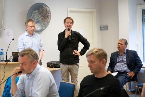 Møtte folk: Ole Jakob Aanes (til v.) og Olav Raanaas Moen på folkemøtet som ble holdt i Frogn i juni.  Til høyre daværende ordfører Haktor Slåke.
