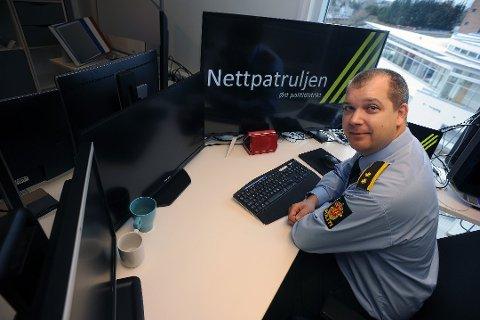 OVERVÅKER: Leder av Nettpatrulje i politiet i øst, Jostein Dammyr overvåker ulovligheter på sosiale medier. Foto: Ole Kr. Trana