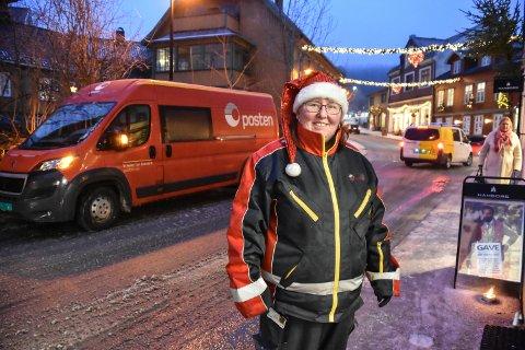 UTE PÅ GLATTA: Karianne Kristiansen har nye dekk på postbilen sin og tar det pent.
