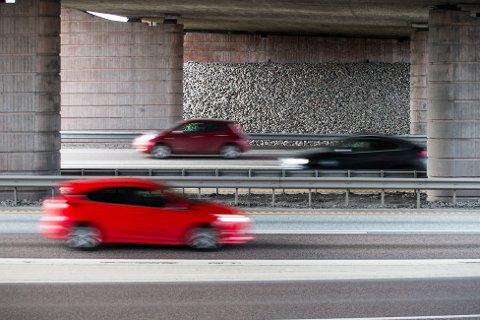 Rundt halvparten av de uforsikrede kjøretøyene er personbiler, viser tallene fra Trafikkforsikringsforeningen. Illustrasjonsbildet viser normal trafikk på E6 ved Olavsgaard i Akershus i påsken 2017. Foto: Audun Braastad / NTB scanpix