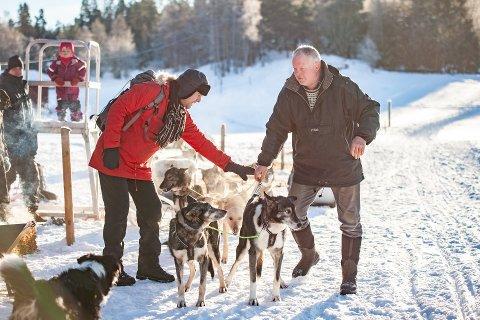 Hos Knut Houge (t.h) på Skuterud gård kan du kjøre hundeslede i vinterferien.