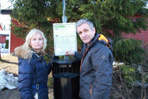 Inger-Helene Korsgaard og Håvard Sæbø var svært fornøyd med bussrutene slik de var. - Nå er det mange som er rasende, sier de to pendlerne.