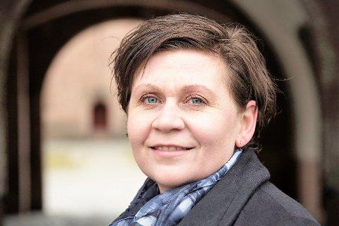 Stolt: - Spennende at det vises interesse for norsk forsvarshistorie, synes festningsforvalter Hilde Falck Olsen.