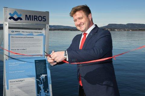 Ordfører Truls Wickholm sto for snorklippingen da bølgemåleren på Søndre Flaskebekk brygge ble offisielt åpnet onsdag formiddag.