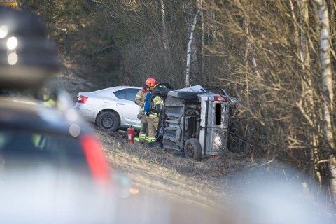 To biler havnet i grøften på E18 i Kråkstad etter at en av bilistene kom over i motsatt kjørefelt. Foto: Eirik Løkkemoen Bjerklund/ØB