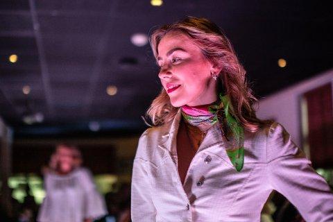 Sanne Sørlie (18) satser på hestesport, men mandag var hun på catwalken. I bakgrunnen skimtes mamma Line.