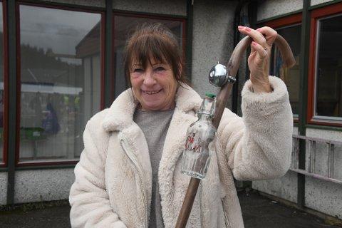 Grete Vikene var godt fornøyd med å finne det hun var på jakt etter. En spaserstokk til svigerfar. Foto: Trond Folckersahm