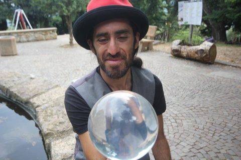 Diego Belda er født i Chile og har bodd i Norge siden seks-årsalderen, og har vært lidenskapelig opptatt av sirkus-verdenens muligheter fra barndommen av.